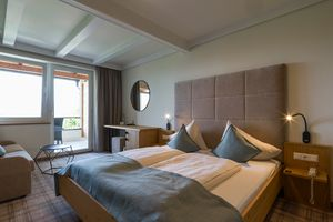 geräumiges Doppelzimmer mit Balkon ©Martin Steinthaler (TINEFOTO)