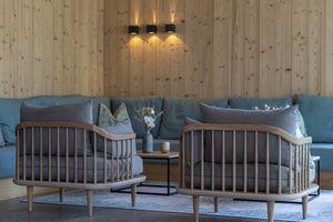 gemütlicher Sitzbereich - Eingangshalle Streklhof ©Martin Steinthaler (TINEFOTO)